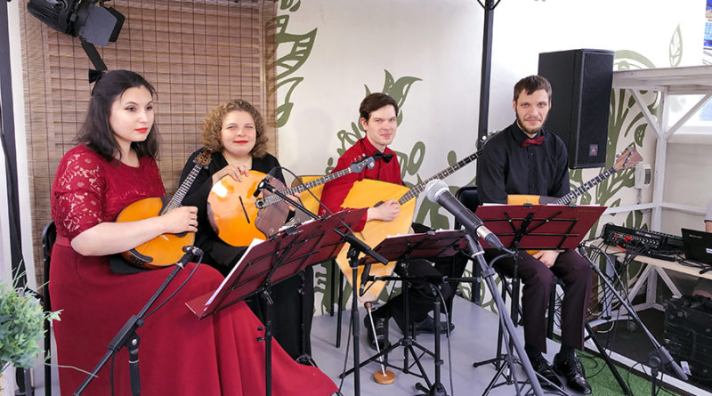 Квартет народных инструментов «13 струн» открывает «Музыкальную террасу»